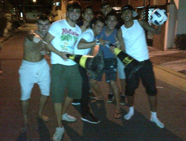 Neymar jogando futebol na rua com amigos (Foto: Divulgação)