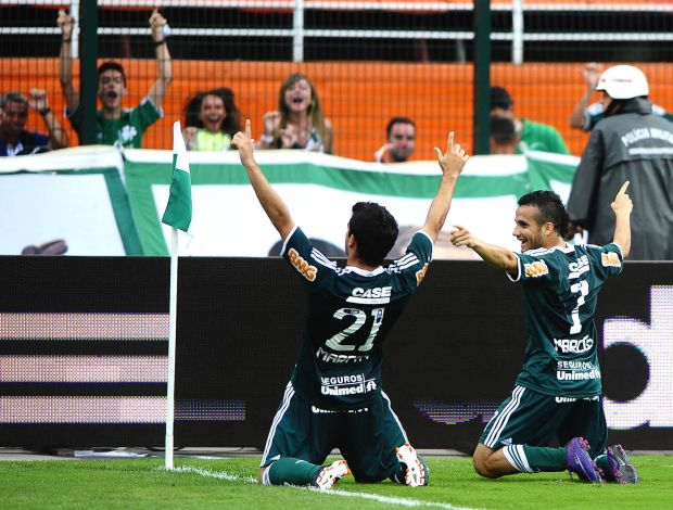 Pedro Carmona e Maikon Leite comemoram gol do Palmeiras (Foto: Marcos Ribolli / Globoesporte.com)