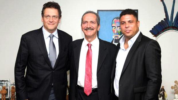 Jerome Valcke, ministro Aldo Rebelo e Ronaldo no Ministério do Esporte (Foto: Reprodução / Twitter)