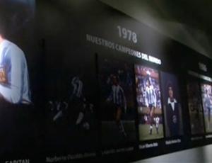 FRAME - Painel tem foto e carreira dos oito jogadores do River em 78 e 86 (Foto: Reprodução SporTV)