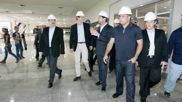 Vista de membros da Fifa e do COL ao Centro de Eventos e ao Castelão (Foto: Marília Camelo/Agência Diário)