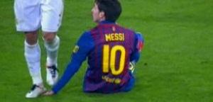 Messi leva pisão de Pepe (Foto: Reprodução/Marca.com)