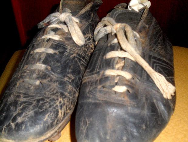 Chuteiras usadas por Vavá na Copa de 1958 (Foto: Alexandre Alliatti / Globoesporte.com)
