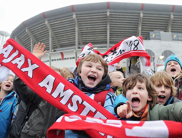 Ajax crianças arquibancada (Foto: AFP)