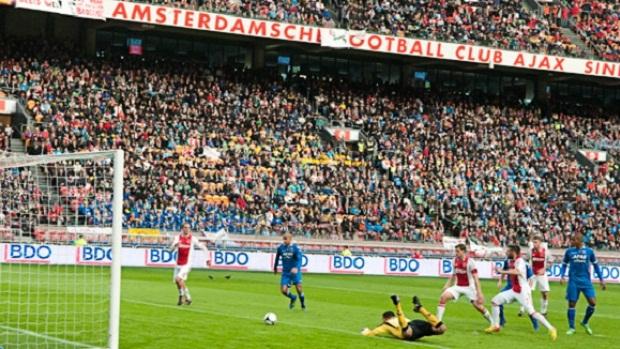 Com torcedores mirins ao fundo, Ajax e AZ duelam pela Copa da Holanda (Foto: Reprodução Site oficial do Ajax) (Foto: Reprodução / Site oficial do Ajax)