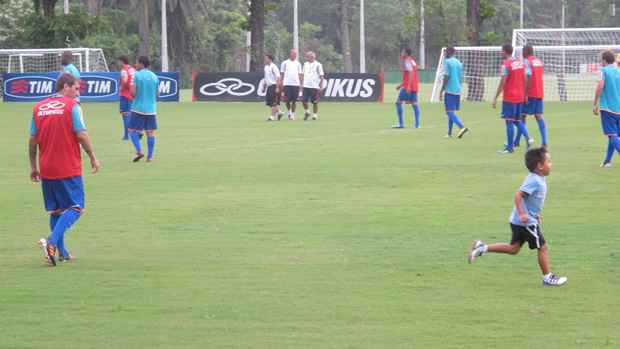 Dario, filho de Bottinelli, rouba a cena em treino do Flamengo no Ninho do Urubu (Foto: Janir Junior/Globoesporte.com)