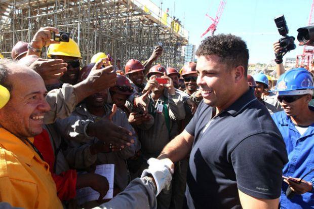 Ronaldo com operários da obra da Arena Fonte Nova (Foto: Manu Dias/Secom-BA)