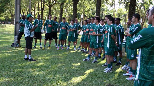Elenco do Coritiba escuta as instruções do técnico Marcelo Oliveira (Foto: Divulgação / Coritiba)