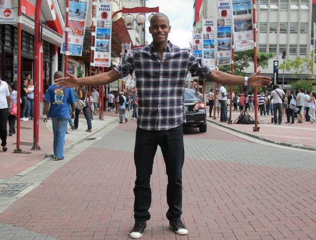 Jogador de futebol de areia Osmar de braços abertos na Liberdade em São Paulo (Foto: Igor Christ / Globoesporte.com)