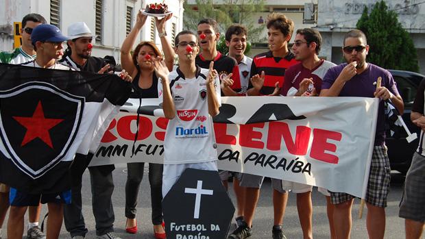 Protesto dos torcedores em frente a Federação Paraibana de Futebol (Foto: Cadu Vieira)