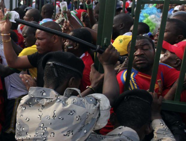 Confusão entre torcida e polícia em Guiné Equatorial na Copa Africana de Nações (Foto: Reuters)