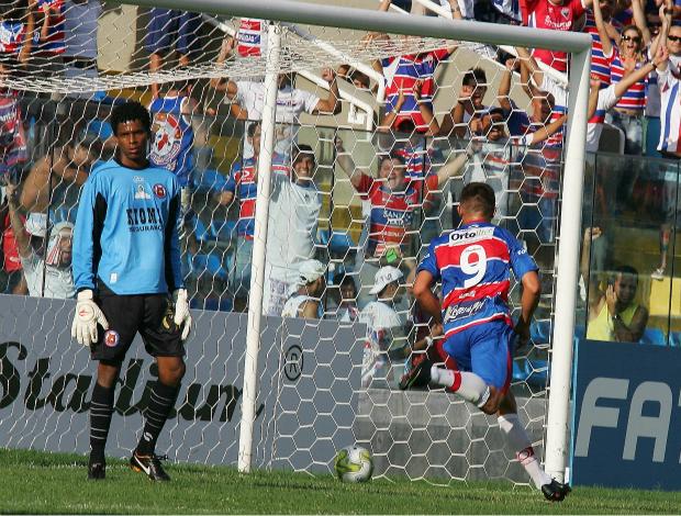 Fortaleza x Tiradentes pela 2ª rodada do Campeonato Cearense de 2012 (Foto: Kid Júnior/Agência Diário)