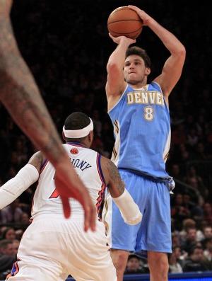 Danilo Gallinari arremessa marcado por Carmelo Anthony (Foto: Agência AP)