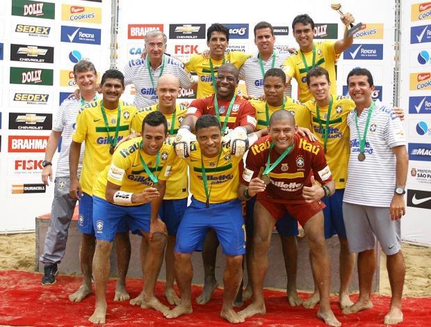 Seleção brasileira de futebol de areia comemora título no Desafio Internacional em São Paulo (Foto: Wander Roberto e William Lucas / Inovafoto)