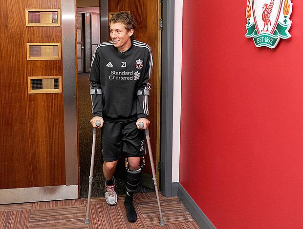 Lucas Leiva retorna aos treinos do Liverpool de muletas (Foto: Getty Images)