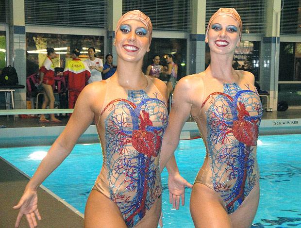 Lara e Nayara em torneio no Canadá de nado sincronizado (Foto: Divulgação)