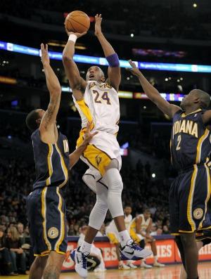 Kobe Bryant é marcado pelos jogadores do Indiana Pacers (Foto: Agência AP)