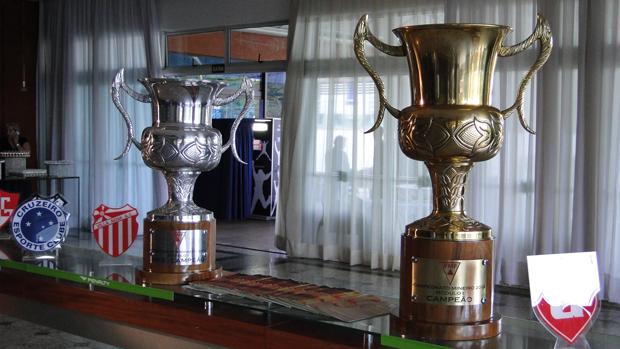 Troféus do Campeonato Mineiro (Foto: Leonardo Simonini/Globoesporte.com)
