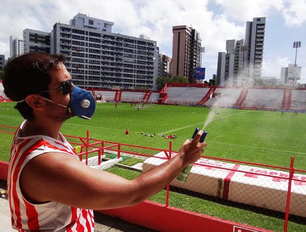 Torcedores do Náutico fazem 'limpeza' nos Aflitos (Foto: Elton de Castro / GloboEsporte.com)