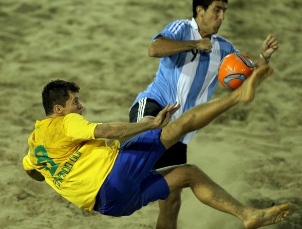Fernando DDI futebol de areia Brasil e Argentina (Foto: Divulgação/CBBS)