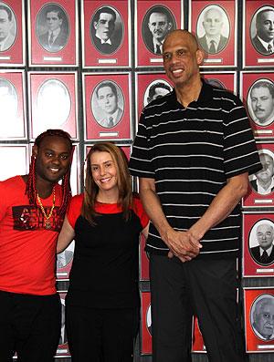 Kareem Abdul-Jabbar visita o Flamengo com Vagner Love e Patrícia Amorim (Foto: Divulgação / Site Oficial)