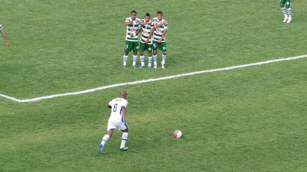 Amaral, do Cruzeiro, bate falta contra o Mamoré (Foto: Marco Antônio Astoni / Globoesporte.com)