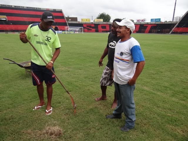 Funcionários do Sport procuram por dente de Marcelinho Paraíba (Foto: Lula Moraes / GloboEsporte.com)