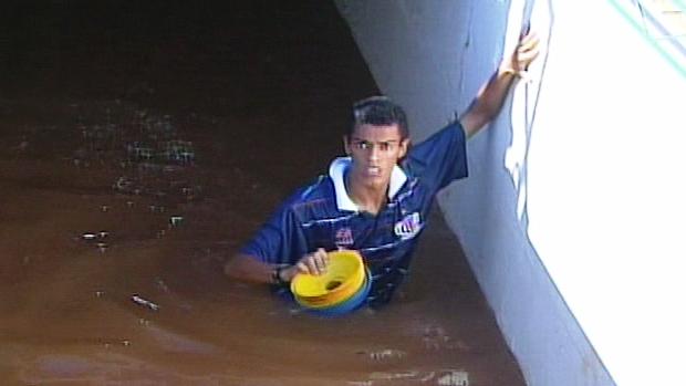 Vestiários alagados em Rio Verde (Foto: Reprodução / TV Anhanguera)