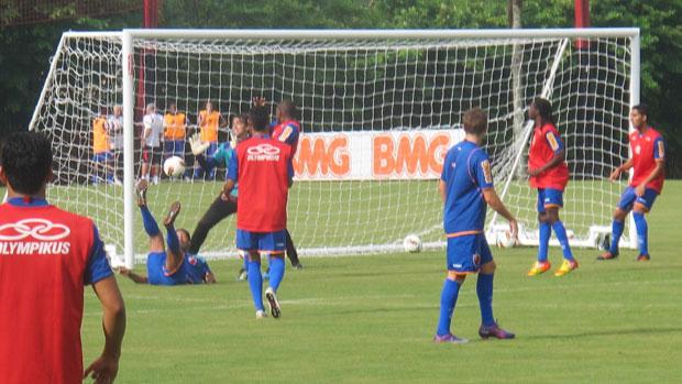 Gol de Puxeta Ronaldinho no treino do Flamengo (Foto: Janir Junior/Globoesporte.com)