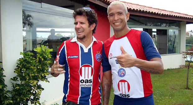Cantor Tuca Fernandes posa ao lado de Júnior depois de treino do Bahia (Foto: Divulgação / EC Bahia)