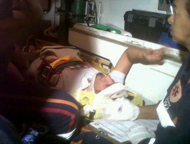 Victorino, zagueiro do Cruzeiro, sofre acidente (Foto: Pedro Triginelli)