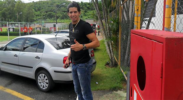 Victor Ramos chega ao Vitória para assinar contrato (Foto: Divulgação/ EC Vitória)