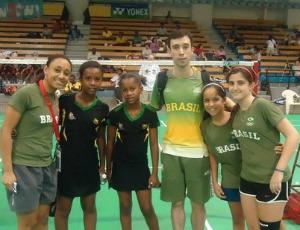 Luiz França e Jeiseane no Pan-Americano Junior da Jamaica  Medalha de prata na categoria sub 13, modalidades duplas femininas ao lado de Vera Costa (Foto: Arquivo Pessoal)