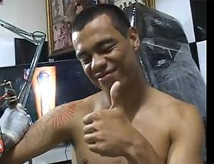 FRAME Bernardo faz nova tatuagem (Foto: Reprodução / Youtube)