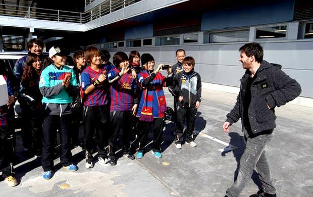 Homare Sawa, melhor jogadora do mundo, com Messi do Barcelona (Foto: Divulgação / Site Oficial do Barcelona)