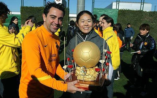 Homare Sawa, melhor jogadora do mundo, com Xavi do Barcelona (Foto: Divulgação / Site Oficial do Barcelona)
