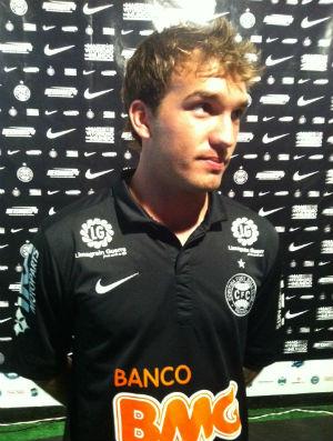 Willian com a noca camisa preta do Coritiba (Foto: Gabriel Hamilko / Globoesporte.com)