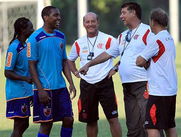 Joel Santana com Renato Abreu negueba no treino do Flamengo (Foto: Cesar Loureiro / O Globo)
