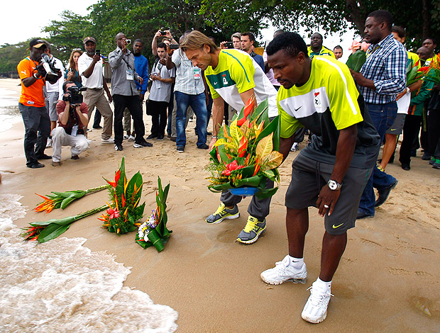 treinador Herve Renard e o capitão Christopher Katongo zâmbia homenagem ao smortos (Foto: Agência AP)