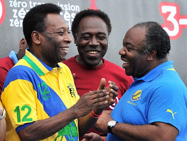 Pelé no Gabão com o presidente Ali Bongo (Foto: AFP)