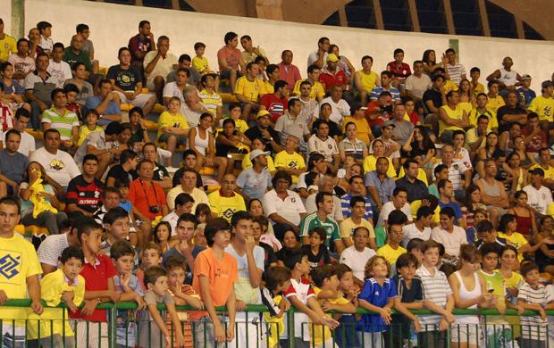 Torcida comparece a jogo da seleção brasileira de futsal contra o time da Paraíba (Foto: Larissa Keren)