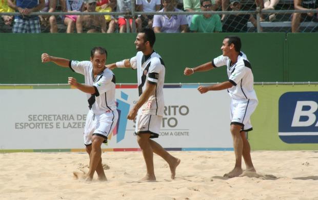 Jogadores do Vasco comemoram gol sobre o Flamengo em desafio de futebol de areia no ES (Foto: Pauta Livre/Divulgação)