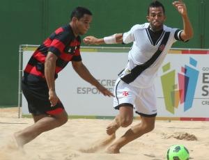 Bruno Xavier, do Vasco, se livra da marcação do Flamengo em desafio de futebol de areia no ES (Foto: Pauta Livre/Divulgação)