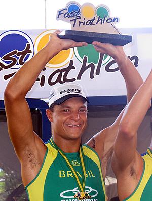 Com a camisa que será doada, Mauro ergue o troféu de campeão do Mundialito de Triatlo Rápido (Foto: Alfredo Bokel / Globoesporte.com)