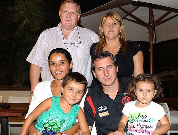 Bottinelli recebe a visita da família em Buenos Aires (Foto: Alexandre Vidal / Fla Imagem)
