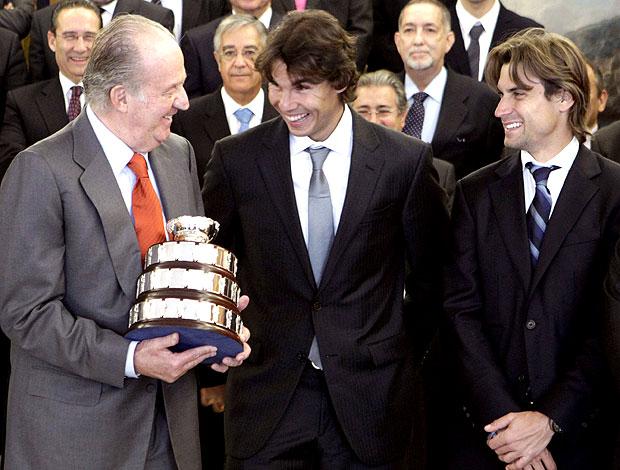 equipe da Espanha campeã da Copa Davis posa com o rei Juan Carlos  (Foto: EFE)