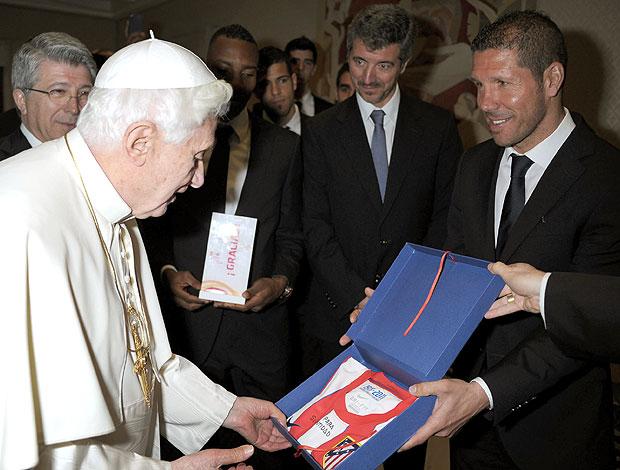 Simeone, técnico do  Atletico de Madrid, entrega camisa ao Papa Benedito XVI (Foto: AFP)