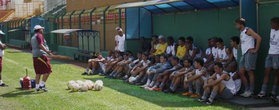 Técnico João Martins conversa com jogadores no Fredericão (Foto: Divulgação / Assessoria de Imprensa Sertãozinho FC)