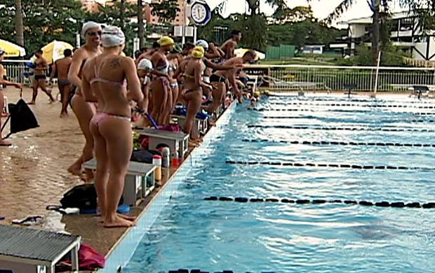 Frame: Nadadores do Corinthians treinam em Uberlândia, MG (Foto: Reprodução/ TV Integração)
