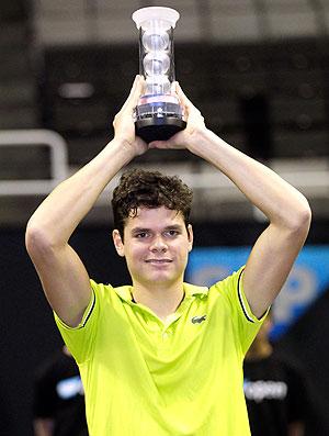 Milos Raonic com troféu de tênis na Califórnia (Foto: AP)
